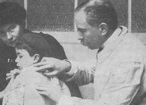 Rene Quinton tratando a uno de sus pacientes en uno de sus dispensarios marinos.