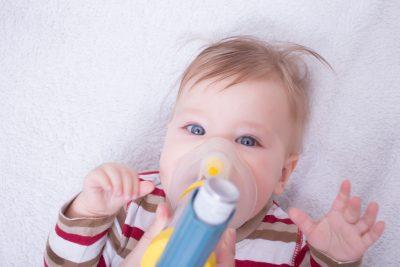 bebé de pocos meses hace tratamiento para bronquiolitis asmatica